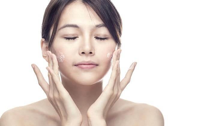 Làm sạch da bằng sữa rửa mặt cho phụ nữ sau sinh