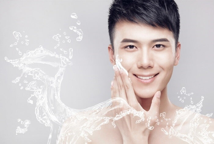 Làm sạch da có vai trò vô cùng quan trọng trong việc trị mụn cho nam