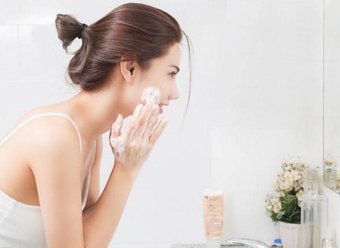 Làm sạch da là bước quan trọng để loại bỏ bụi bẩn và bã nhờn