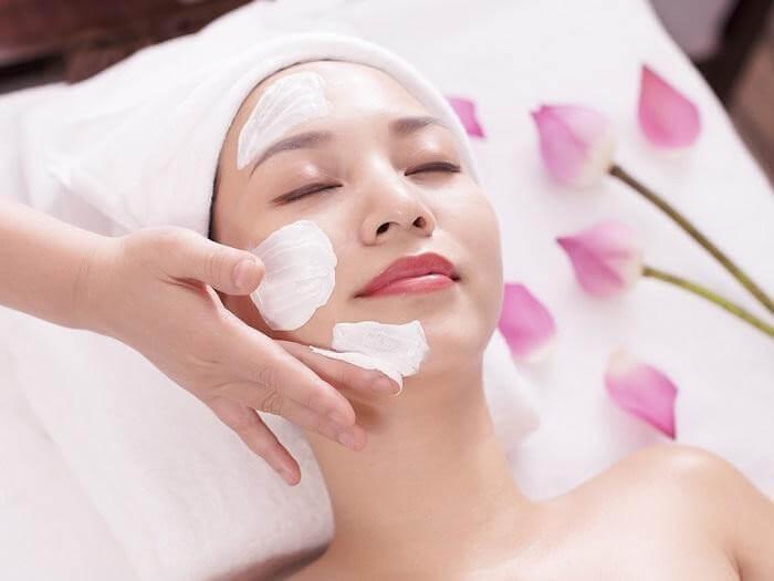 Massage da từ dưới lên trên sẽ giúp ngăn ngừa chảy xệ và lão hóa da