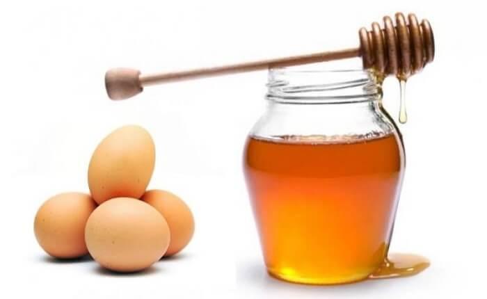 Cũng như các loại mặt nạ từ đậu khác đậu xanh cũng chứa rất nhiều vitamin không chỉ tốt cho cơ thể mà còn được sử dụng để làm mặt nạ trắng da, trị mụn hiệu quả, hơn nữa còn được kết hợp với yến mạch và sữa tươi không đường có tác dụng dưỡng trắng da tự nhiên hiệu quả nhất