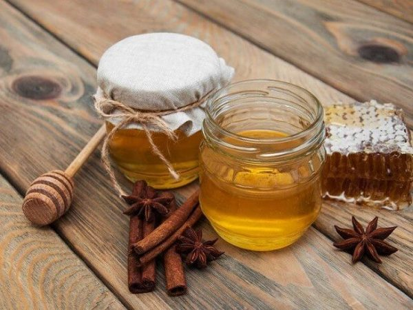 Mặt nạ mật ong với bột quế được áp dụng trong việc trị mụn ẩn và dưỡng da - cách trị mụn ẩn