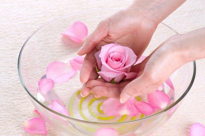 Nước hoa hồng giúp cân bằng độ pH và ngăn chặn lão hóa cho da