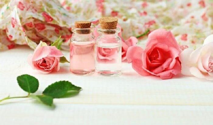 Nước hoa hồng tự làm tinh khiết và có mùi thơm dịu nhẹ