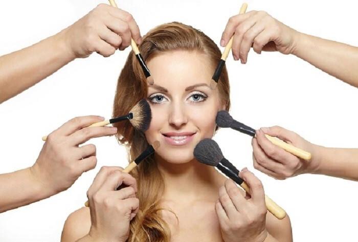 Quá lạm dụng mỹ phẩm chứa nhiều hóa chất khiến da bị mỏng và yếu