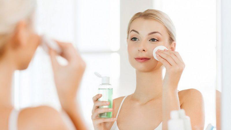 Sử dụng nước hoa hồng làm sạch da - công dụng của nước hoa hồng