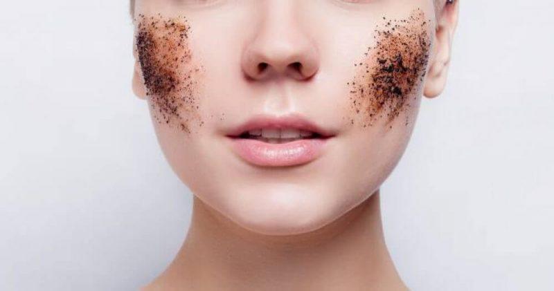 Tẩy da chết là loại bỏ lớp sừng trên da, giúp cải thiện sắc tố da tốt hơn.
