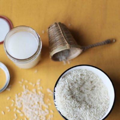 Thường xuyên rửa mặt bằng nước vo gạo sẽ giúp se khít lỗ chân lông