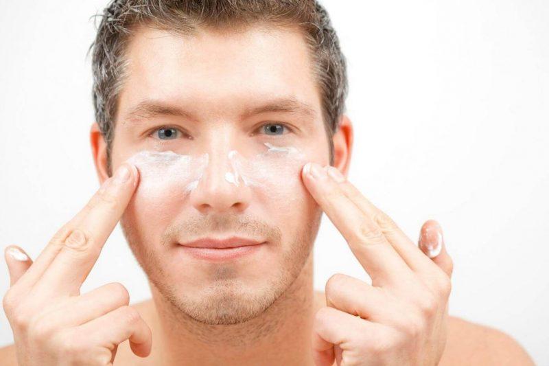 Vệ sinh da mặt không sạch sẽ cũng có thể khiến nam giới bị mụn